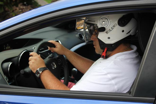 ¿Es legal conducir un coche con casco de moto?